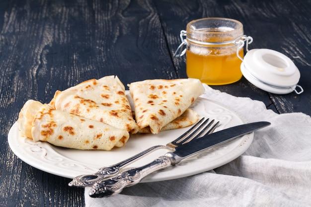Russisches traditionelles essen. appetitlich gebratene pfannkuchen während der pfannkuchenwoche