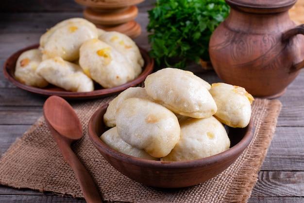 Russisches, ukrainisches oder polnisches gericht varenyky. knödel, gefüllt mit kohl