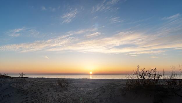 Russland das dorf yantarny in der region kaliningrad der strand bei sonnenuntergang