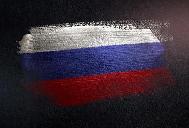 Russland-flagge gemacht von der metallischen bürsten-farbe auf dunkler wand des schmutzes