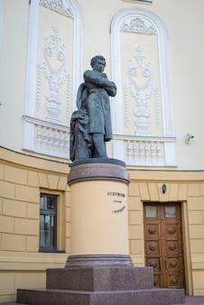 Russland, kasan, 10. august 2018: denkmal für den großen russischen dichter alexander puschkin in der nähe des opernhauses im historischen zentrum der stadt?