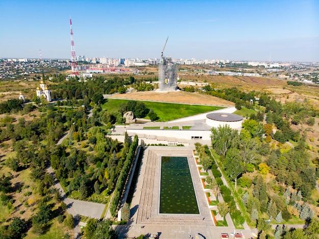 Russland, wolgograd. das denkmal, das die heimat nennt, setzt auf baugerüst und stellt die statue wieder her.