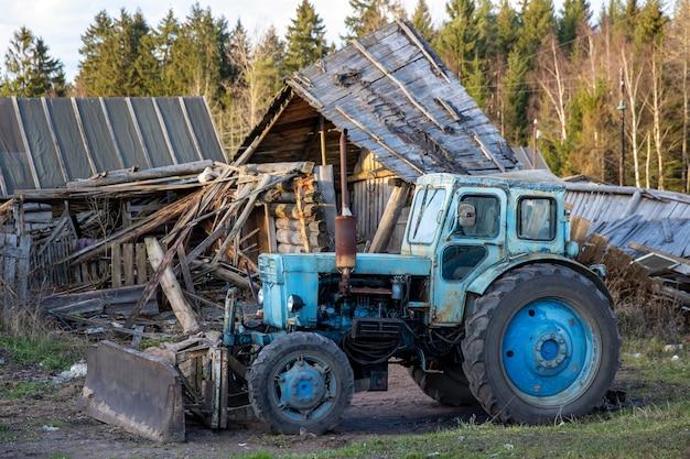 Russland. wyborg. 10.10.2020 blauer traktor im dorf