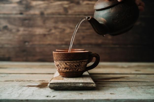 Rustikale anordnung für teekanne und tasse