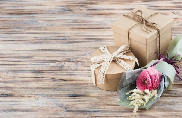 Rustikale bastelgeschenkboxen mit wilden blumen