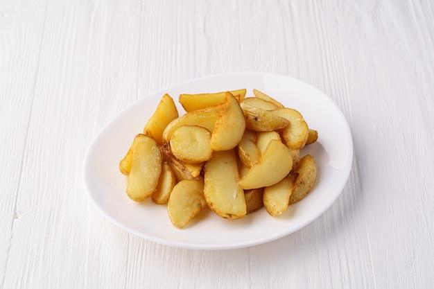 Rustikale bratkartoffeln auf einem weißen teller
