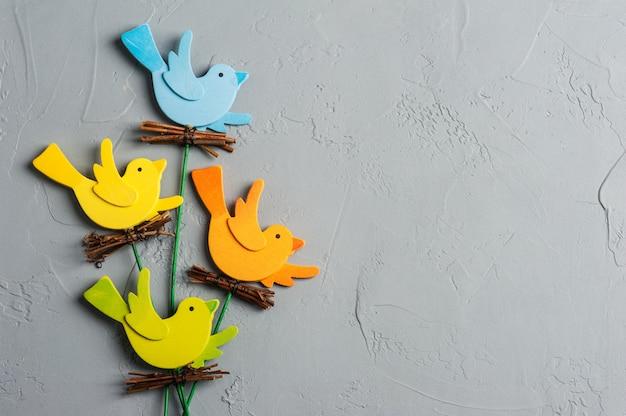 Rustikale bunte hölzerne vögel