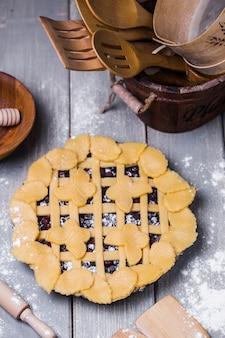 Rustikale hausgemachte beerenpastete mit blaubeeren und zucker