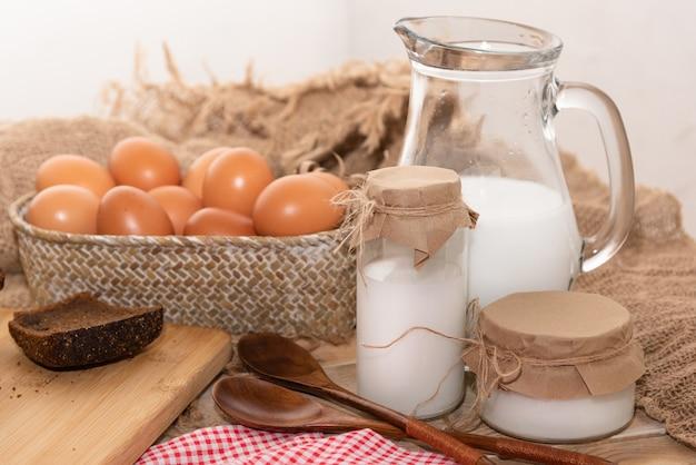 Rustikale hausgemachte eier mit frisch gebackenem brot.