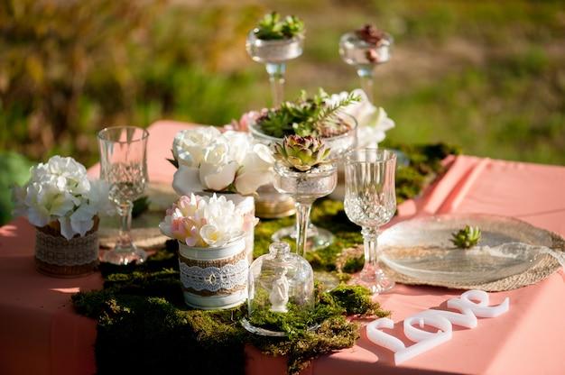 Rustikale hochzeitstafeleinstellung mit succulents und moos