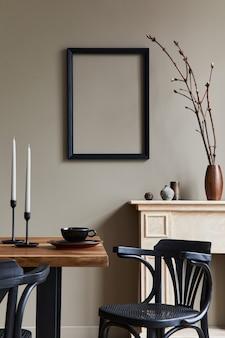 Rustikale innenarchitektur des esszimmers mit holzfamilientisch, kerzenständer, retro-stuhl, tasse kaffee, dekoration, bilderrahmen und eleganten persönlichen accessoires. beige wand.