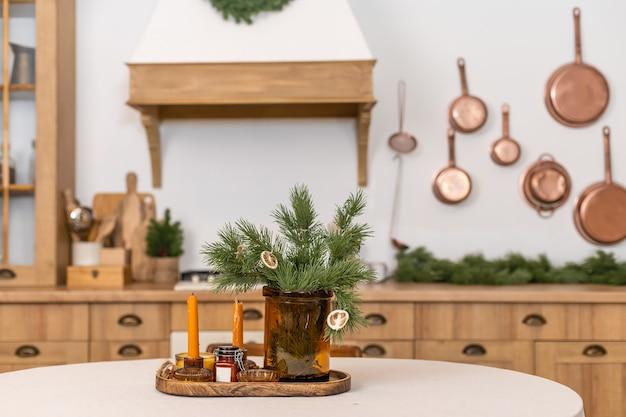 Rustikale küchendetails für weihnachten. rustikale küchentischdekoration und dekoration für neujahrsnahaufnahme und kopierraum.