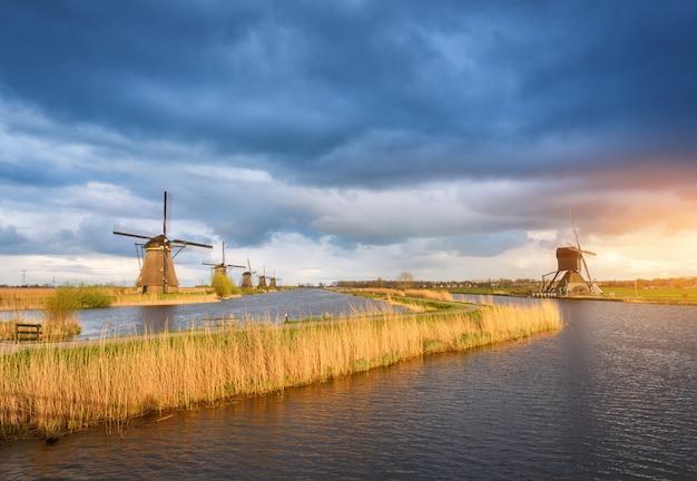 Rustikale landschaft mit traditionellen holländischen windmühlen