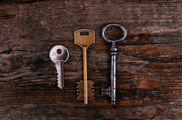 Rustikale schlüssel auf holztisch