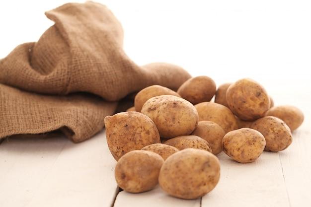 Rustikale ungeschälte kartoffeln auf einer tabelle