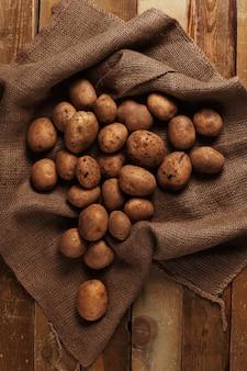 Rustikale ungeschälte kartoffeln auf schreibtische
