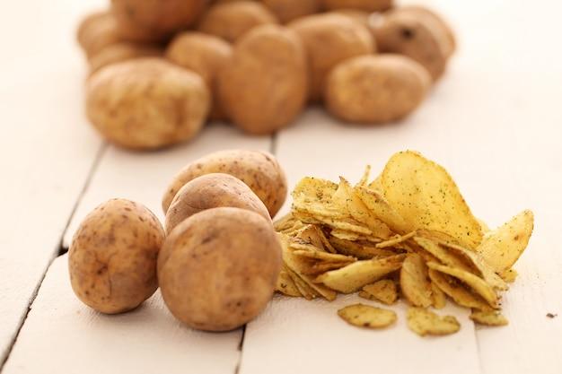 Rustikale ungeschälte kartoffeln und pommes