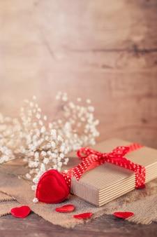 Rustikale valentinstagdekorationen auf holz