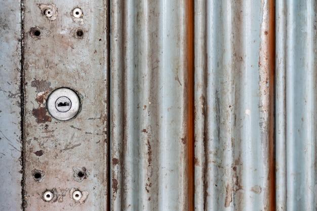 Rustikale vintage stahlrolltür mit schlüsselloch