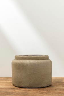 Rustikaler dekorativer blumentopf auf dem tisch