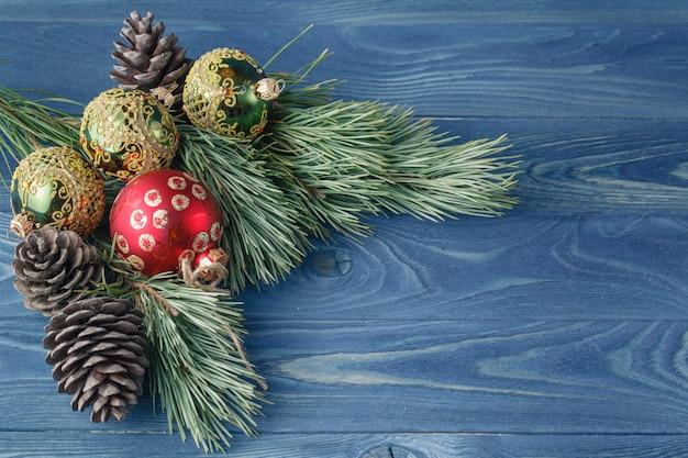 Rustikaler holztisch weihnachten oder neujahr mit spielzeugdekorationen und pelzbaumast, draufsicht, kopienraum