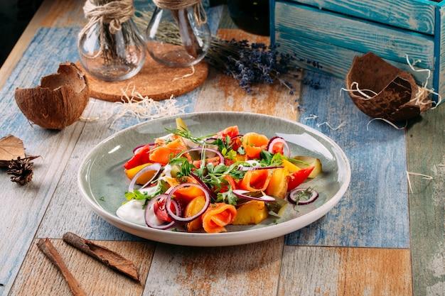 Rustikaler salat mit lachs und kartoffeln