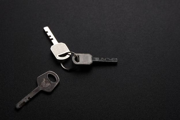 Rustikaler schlüssel auf schwarzem tisch