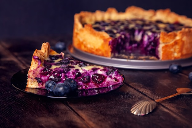 Rustikaler shortbread pie mit blaubeeren in sauerrahmfüllung