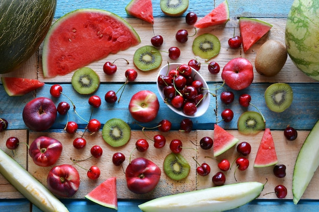 Rustikaler tisch voller stücke wassermelone, melone