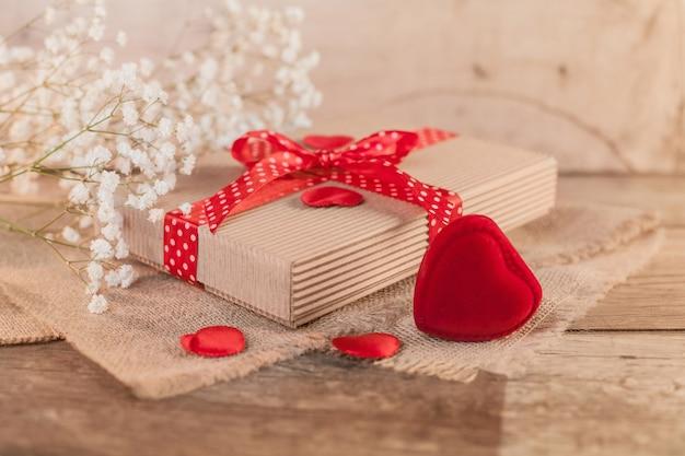 Rustikaler valentinstag mit niedlichem geschenk