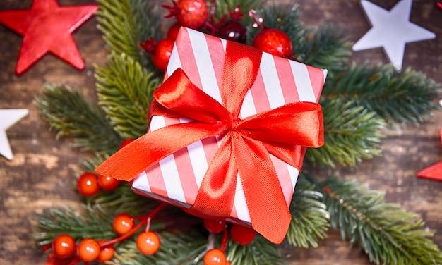Rustikaler weihnachtshintergrund mit geschenkbox