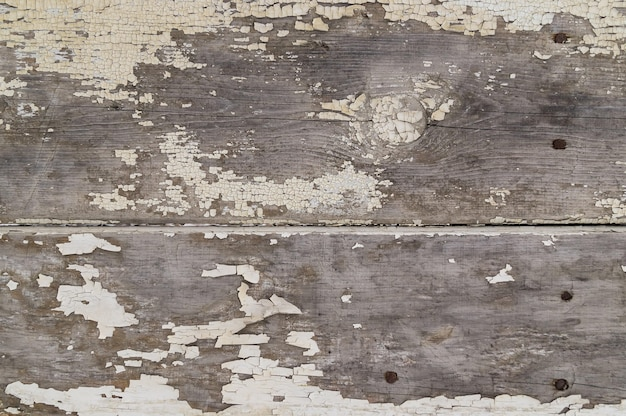 Rustikaler zaunhintergrund mit gelber farbe bemalt, die gelöscht wird