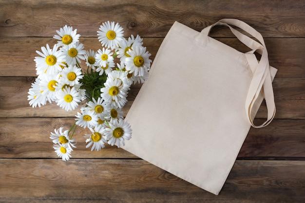Rustikales einkaufstaschenmodell mit gänseblümchen