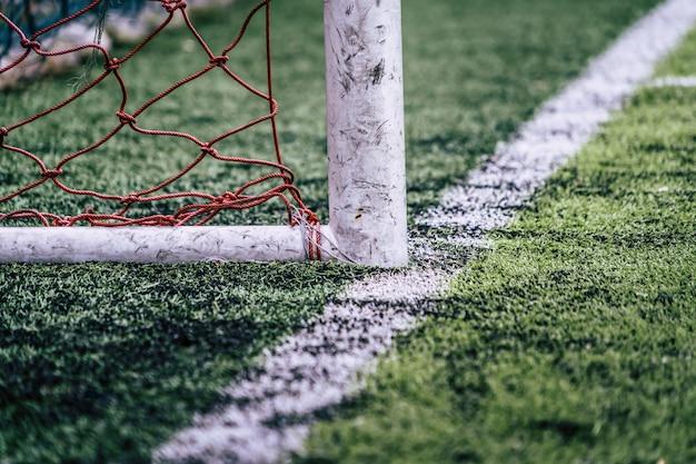 Rustikales fußballtor in einem trainingsfußballfeld