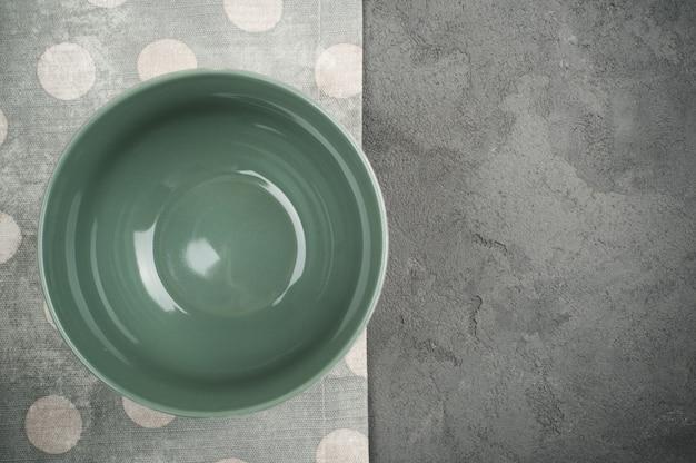 Rustikales gedeck mit leerer platte