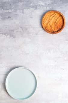 Rustikales geschirr, holzschalen und keramikplatten