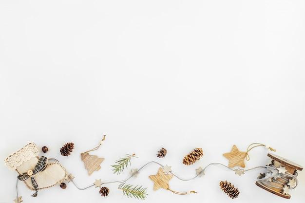 Rustikales handgemachtes christmas decorationson von den natürlichen materialien und von der girlande auf einem weiß mit copyspace.