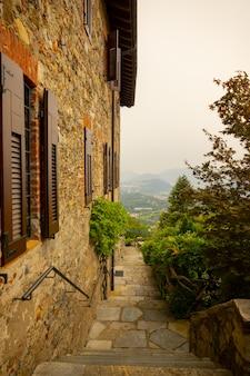 Rustikales haus mit panoramablick über den berg