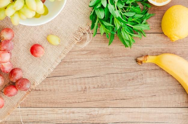 Rustikales konzept mit früchten und kraut