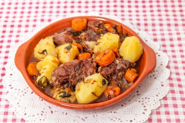 Rustikales ochsenschwanzmehl mit kartoffeln und karotten