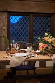 Rustikales servieren mit dekor aus holz und pflanzen