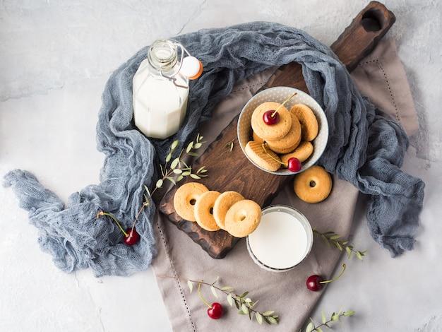 Rustikales stillleben mit milch und keksen. sommerfrühstück