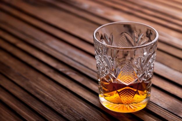 Rustikales stillleben mit whisky und snacks.