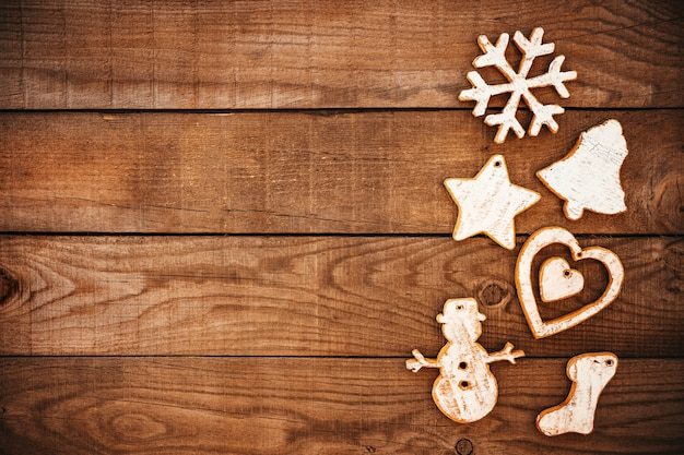 Rustikales weihnachten dekorativ, weihnachtsverzierung auf hölzernem hintergrund.
