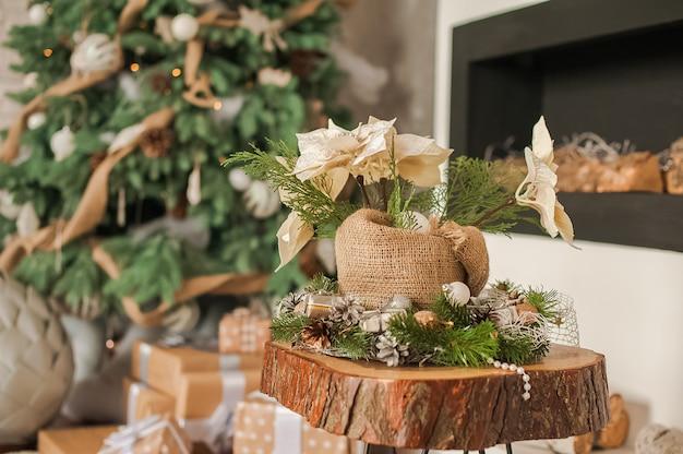 Rustikales wohnzimmer zu weihnachten. details eines skandinavischen wohnzimmers mit kamin.