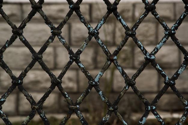 Rusty chain link fence auf grauer hintergrund-, grauer und schwarzerzusammenfassungsnahaufnahme eines kettengliedhintergrundes