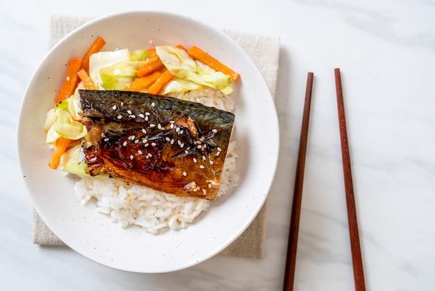 Saba fisch gegrillt mit teriyaki-sauce auf reisschale