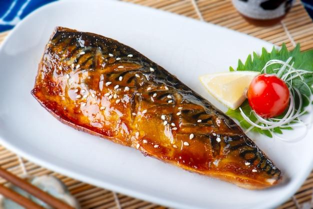 Saba fisch mit sauce gegrillt.
