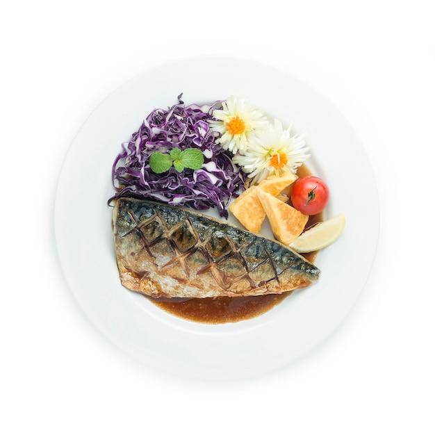 Saba shioyaki gegrillter fisch mit salz, serviert mit süßem ei