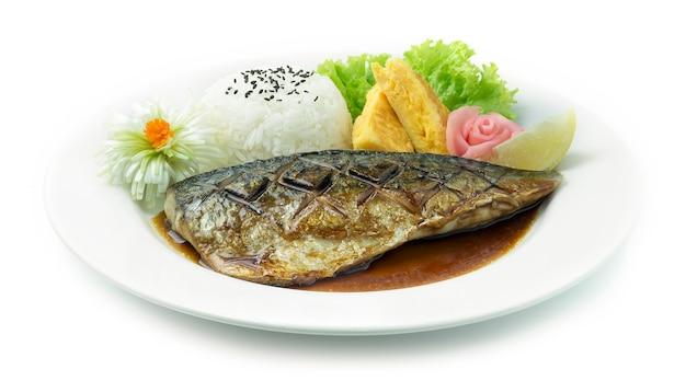 Saba teriyaki gegrillter fisch, serviert mit reis und süßem ei
